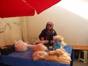 Yaptığı köy ekmeğini satarak ev bütçesine katkı sağlıyor