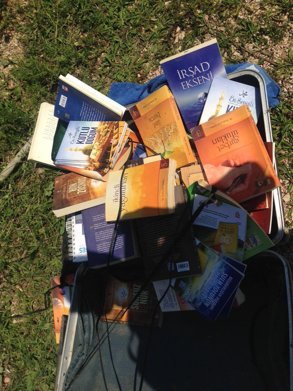FETÖ ELEBAŞININ KİTAPLARI BOŞ ARAZİDE BULUNDU