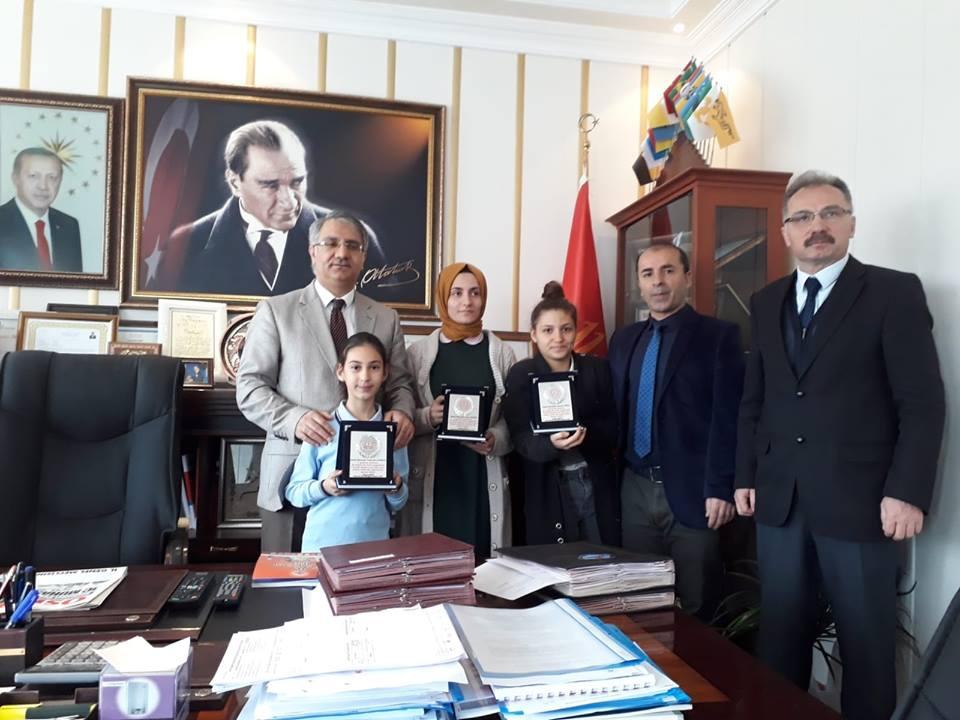 OSMANELİ KAYMAKAMI YAVUZ'DAN BAŞARILI ÖĞRENCİLERE PLAKET