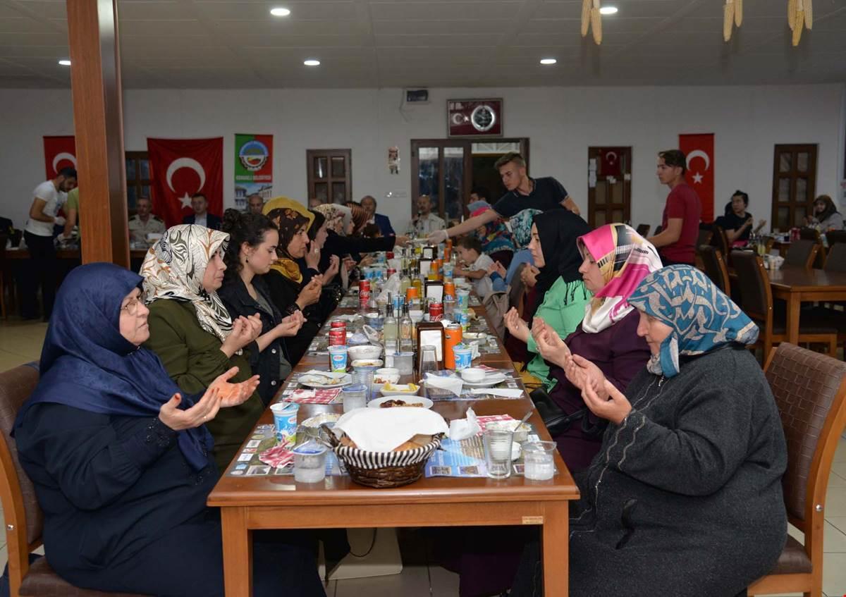 vali-buyukakin-osmaneli-iftar3.jpg